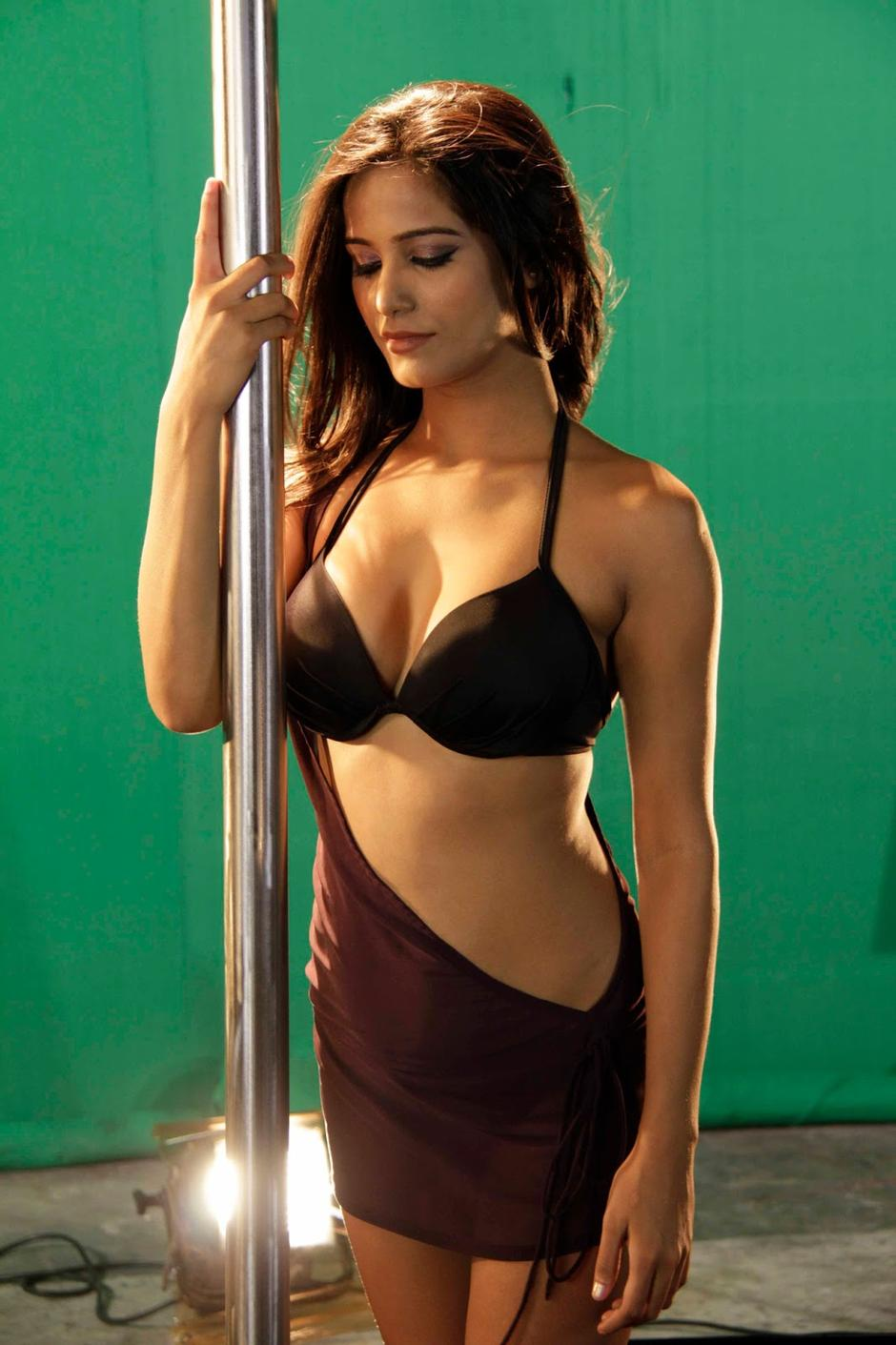 poonam-pandey-pole-dance-hot-still-sets-nasha-movie